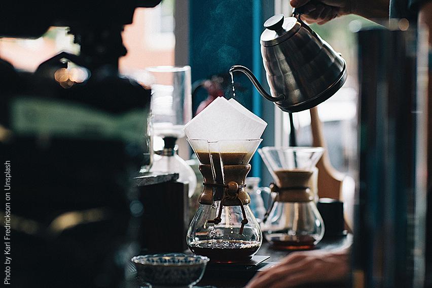 Pour over-kaffe serveras på bardisk